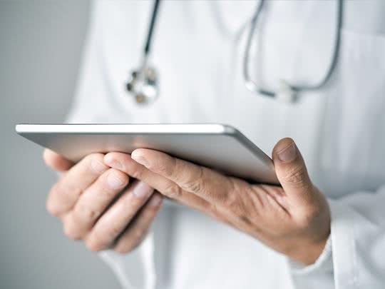 Arzt hält Tablet in den Händen