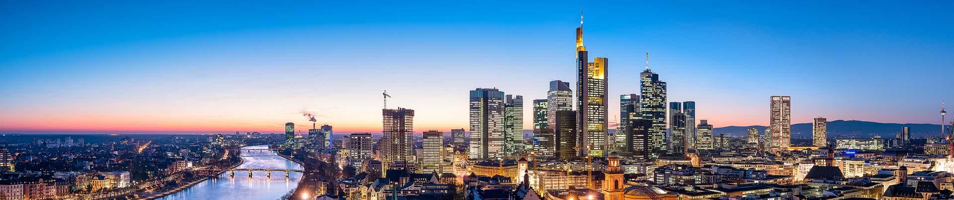 Frankfurter Skyline in der Dämmerung