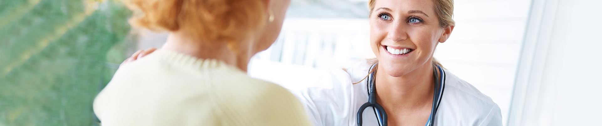 Junge Ärztin spricht mit Patientin