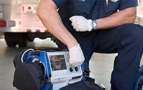 Arzt stellt tragbaren Defibrillator ein
