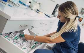 Arzthelferin sucht Patientenakte in Schublade