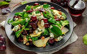Frischer Salatteller mit einem Glas Traubensaft